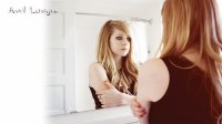 avril lavgine looking at her self in the mirror